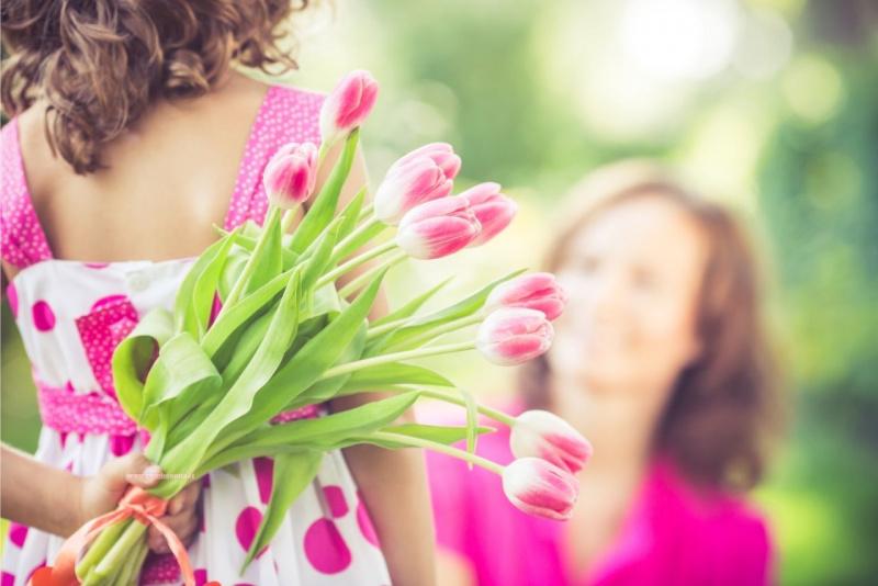 figlia bambina bouquet fiori tulipani rosa festa della mamma