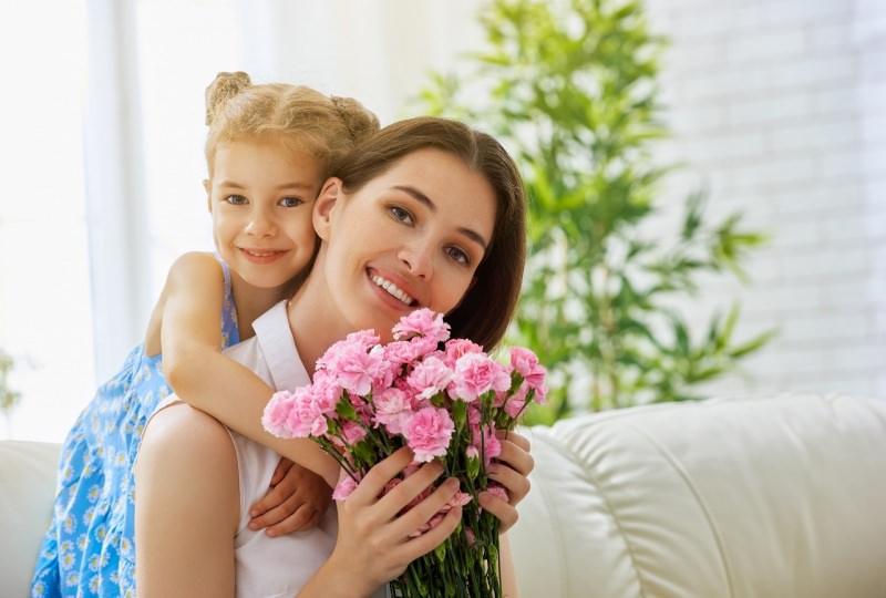 festa della mamma bambina figlia donna fiori garofani rosa