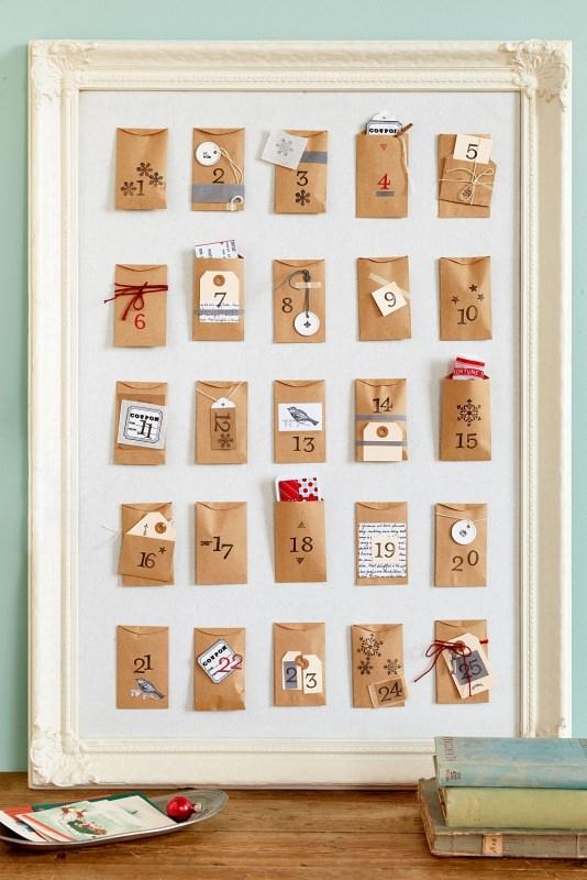 Quanto manca a Natale? Prepara il Calendario dell'Avvento fai da te e inizia il conto alla rovescia bustine buste numeri tela bianca cornice shabby chic tavolo legno libri