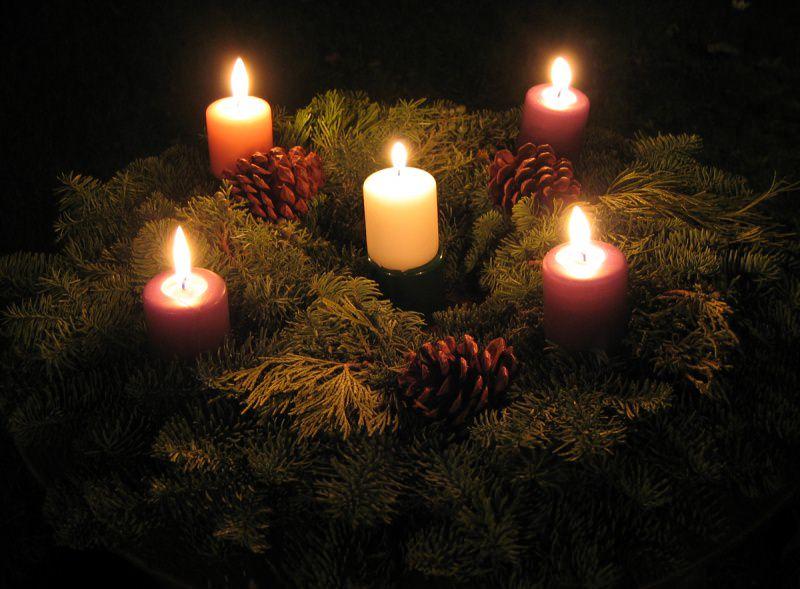Il significato dell'Avvento, i colori, il calendario e la corona preparazione natale corona avvento candele rosse bianche candela accesa fiamma fuoco foglie rami sempreverdi pigna