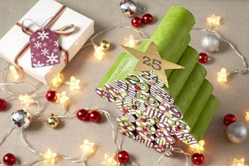 Quanto manca a Natale? Prepara il Calendario dell'Avvento fai da te e inizia il conto alla rovescia rotolo carta igienica cartone dipinti verde stella dorata oro 25 palline natalizie rossa argento glitter luci pacco regalo