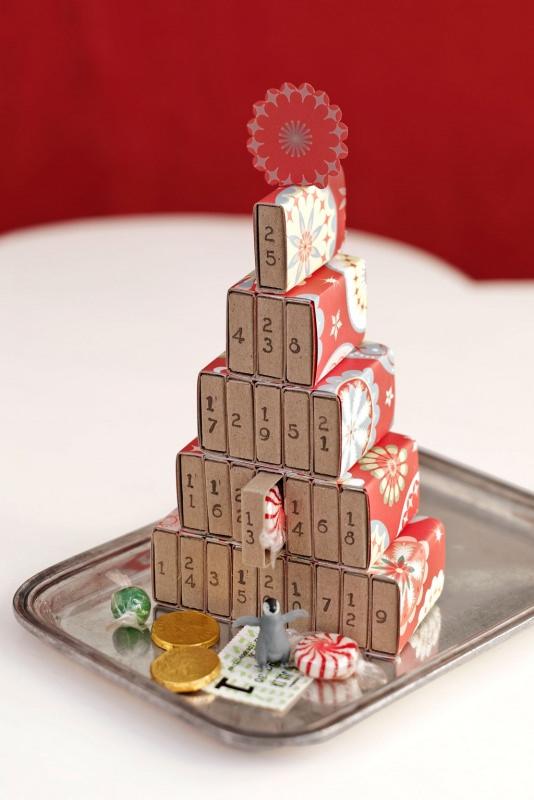 Quanto manca a Natale? Prepara il Calendario dell'Avvento fai da te e inizia il conto alla rovescia scatole fiammiferi rivestite carta regalo natalizia vassoio acciaio cioccolatini monete caramella giocattolo