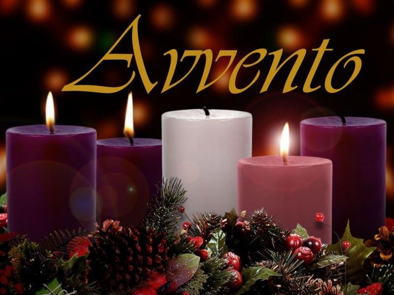 Il significato dell'Avvento, i colori, il calendario e la corona preparazione natale candele viola bianca corona avvento fiamma candela accesa pigna vischio sempreverdi foglie aghifoglie