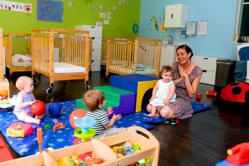 Come scegliere l'asilo nido e quali aspetti considerare bambini lettini culla maestra cuscini giochi scuola materna tappeto parquet