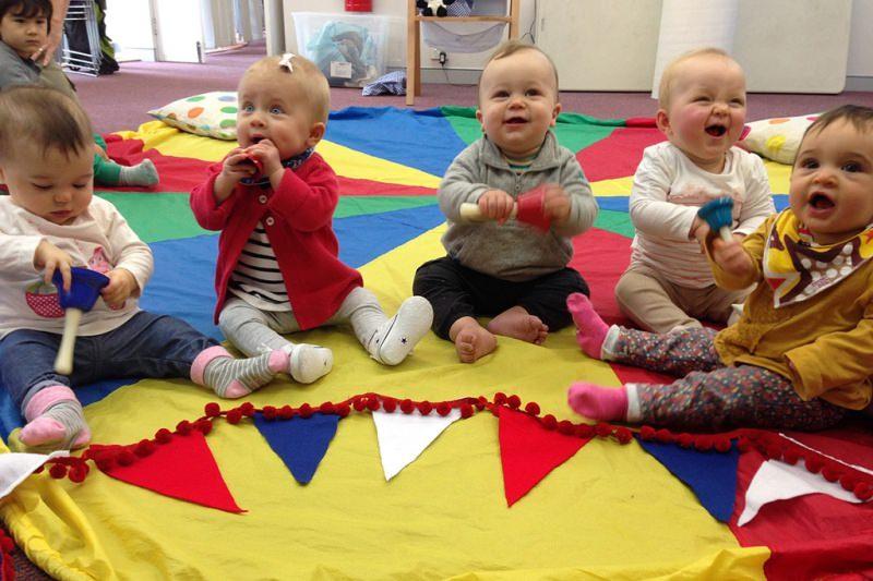 Come scegliere l'asilo nido e quali aspetti considerare bambini cuscini giochi campana tappeto colorato morbido