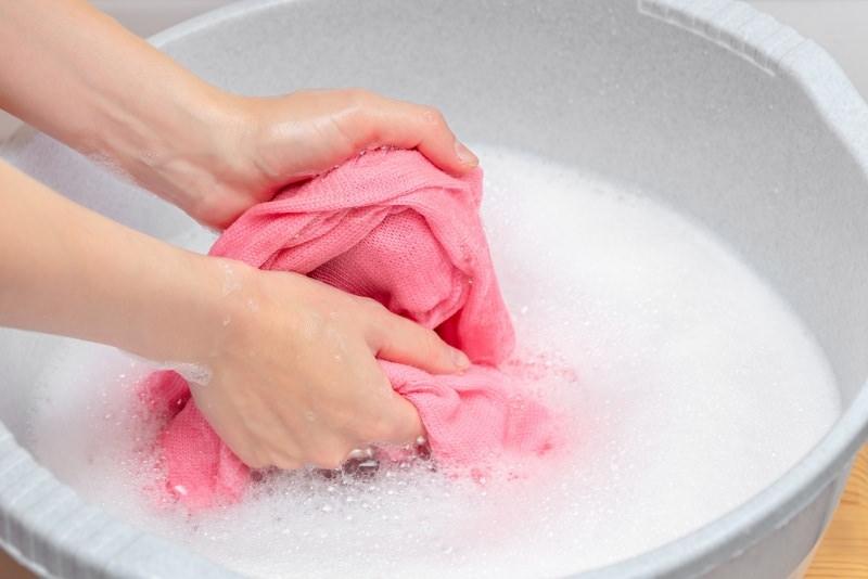 bacinella lavaggio a amno maglia rosa schiuma mani donna