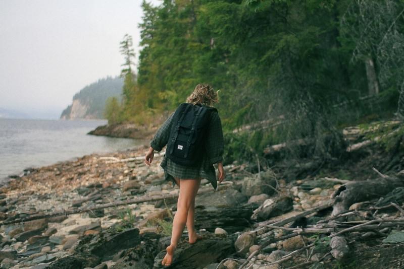 vacanze zaino in spalla estate donna backpacker