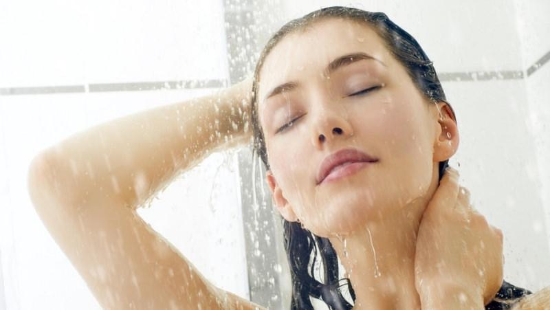 3 consigli per il relax in bagno donna sotto acqua doccia massaggia capelli lunghi castani occhi chiusi rilassata