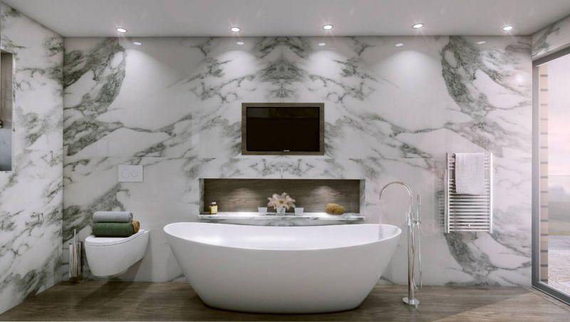 Come arredare un bagno di lusso parete marmo bianco sanitari sospesi parquet vasca bianca ceramica rubinetteria vaso fiori faretti punti luce