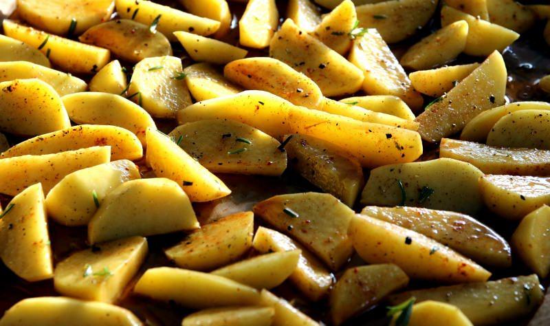 Come preparare le patate al forno croccanti | Ricetta facile spicchi rosmarino