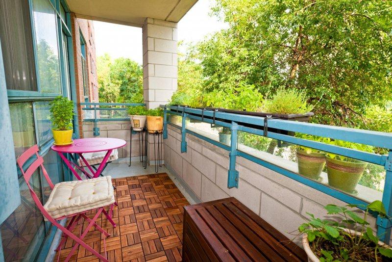balcone arredo sedie rosa cuscino tappetp legno cassapanca vasi piante