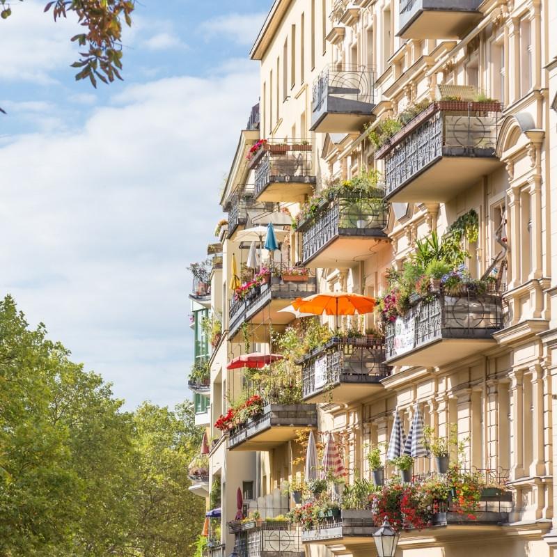 balconi colorati piante fiori palazzo europeo