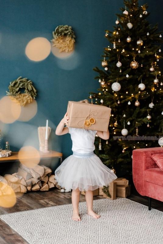 albero di natale decorazioni oro bianco bambina tutù tulle pacco regalo fette arancia essiccate luci