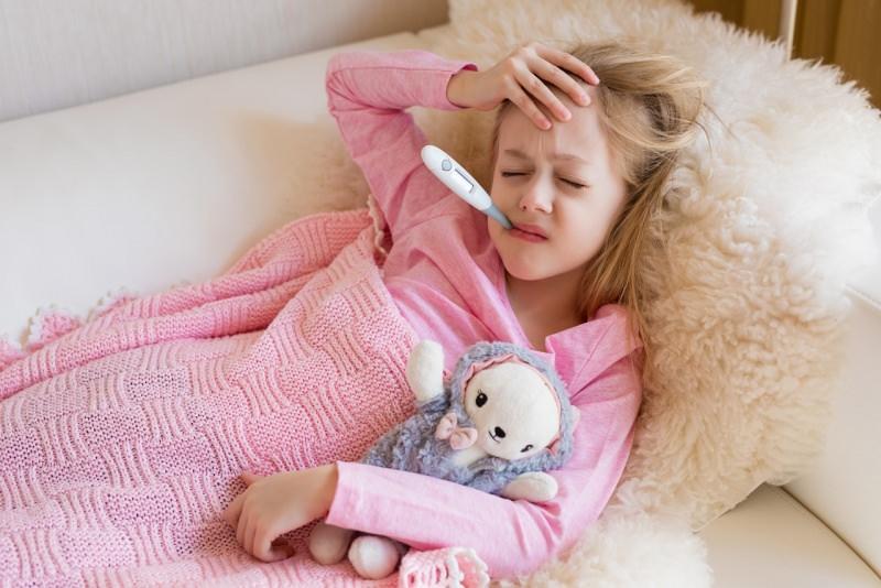 bambina ammalata febbre termometro copertina lana rosa peluche
