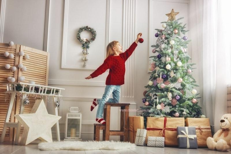 decorazioni natalizie bambina decora albero di natale pallina rossa