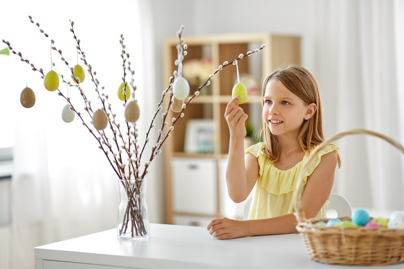 bambina appende uovo albero di Pasqua decorazioni rami salice vaso casa
