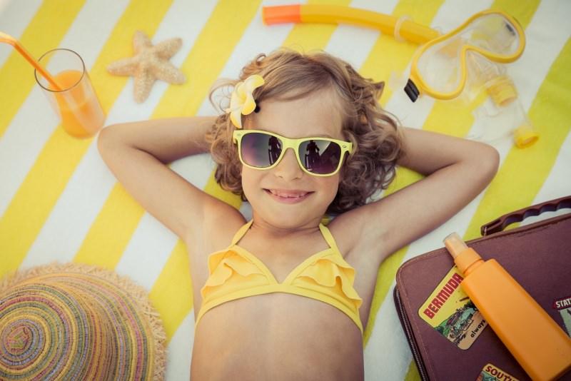 bambina felice estate mare occhiali da sole protezione solare bibita aranciata stella marina