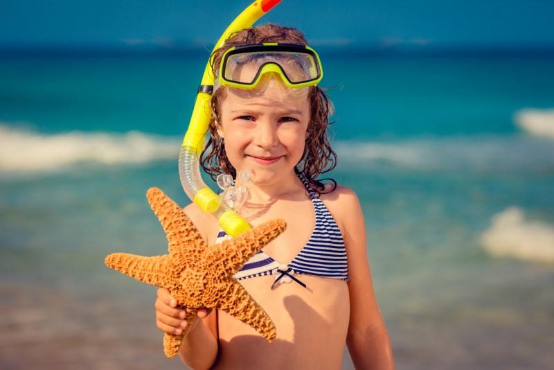 bambina al mare maschera costume estate protezione stella marina