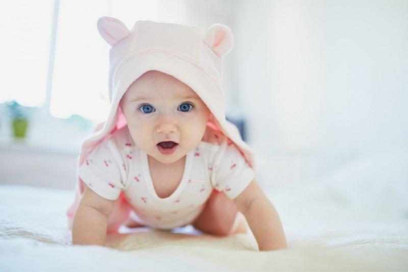 bambina noenata occhi azzurri cappuccio rosa scelta nome relax