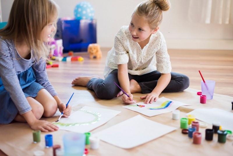bambine disegnano insieme a casa