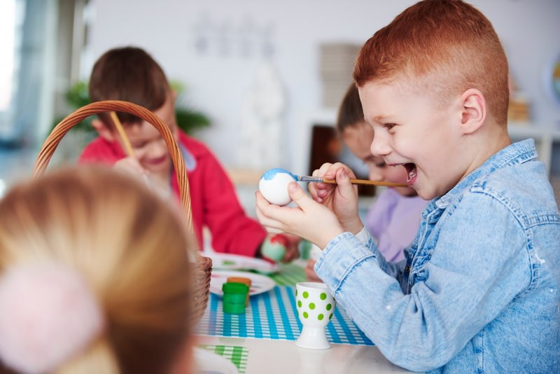 bambini dipingono uova pasqua sorrisi