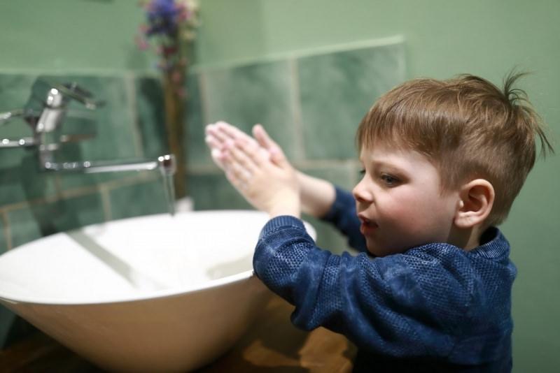 bambino lava le mani in bagno lavabo