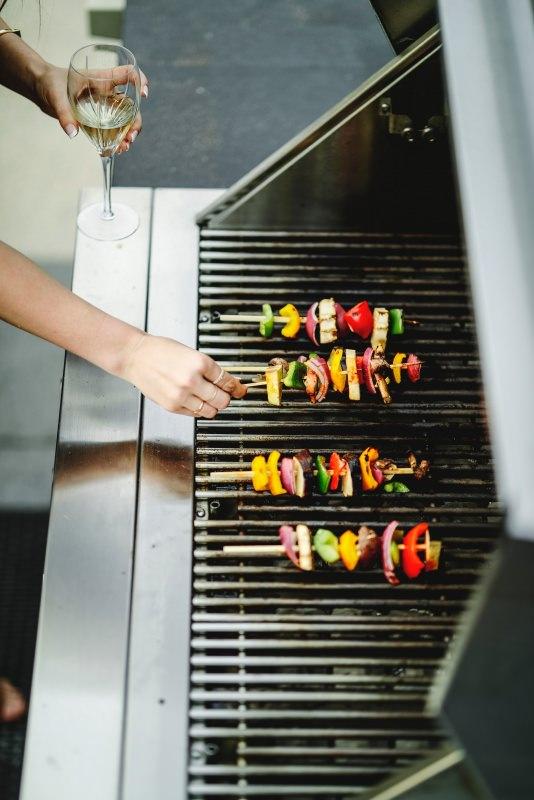 barbecue grigliata spiedini calice vino bianco