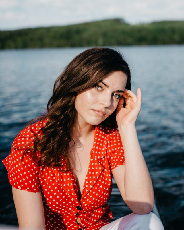 bella ragazza donna capelli castani occhi verdi camicetta rosso pois bianchi estate