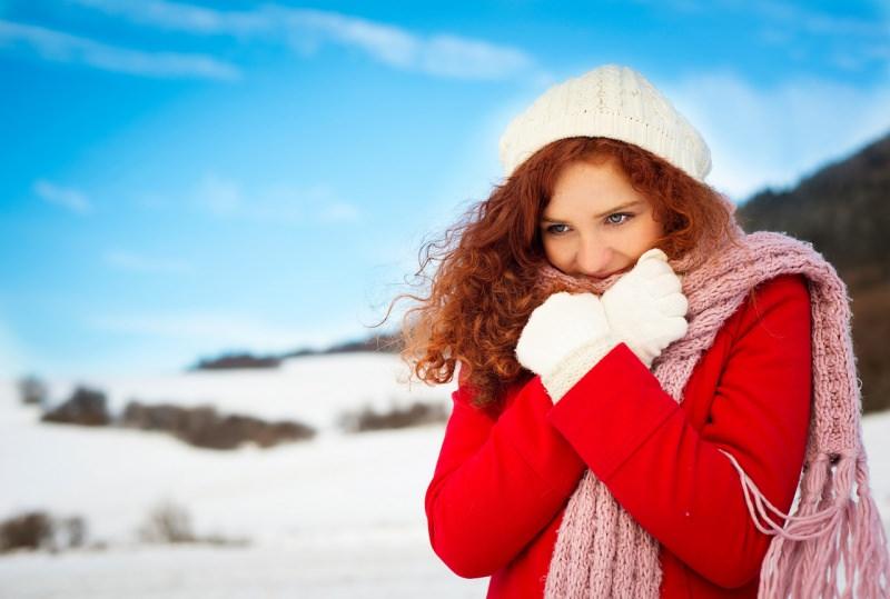 donna capelli ricci rossi cappello guanti di lana bianca cappotto rosso sciarpa rosa