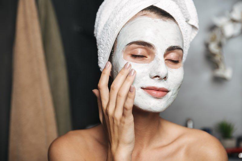 viso donna bella mette maschera di bellezza telo spugna in testa