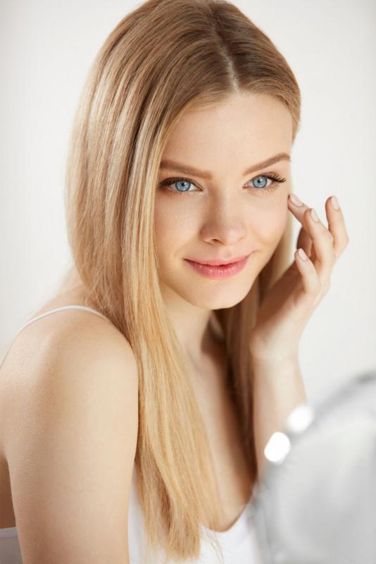 bellissima giovane donna capelli biondi occhi azzurri pelle sana e bella luminosa