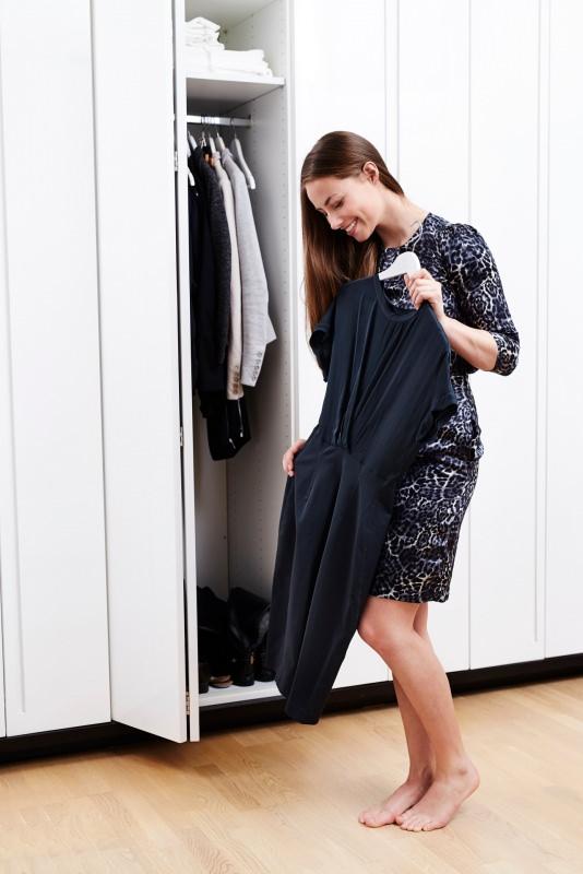 outfit san valentino donna guarda abito nero tubino davanti armadio