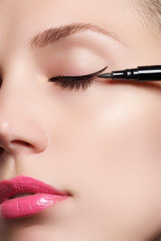 blach eyeliner make-up occhio virgola