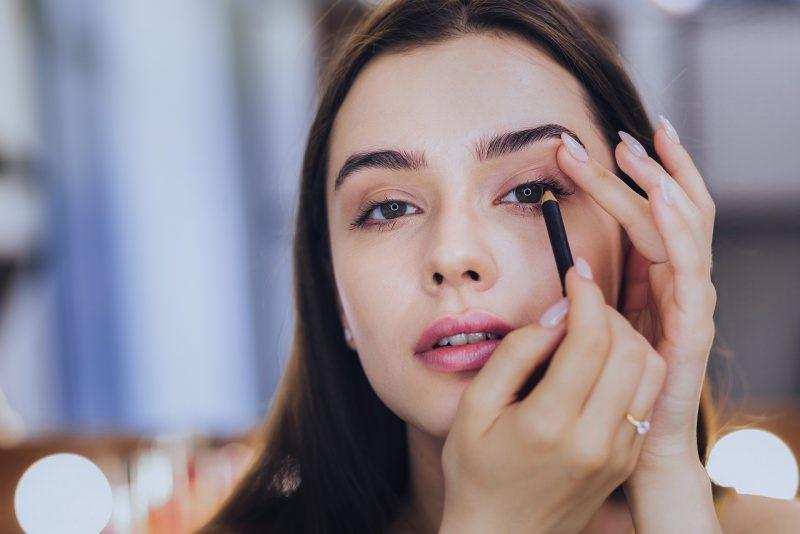 trucco occhi make-up donna mette matita nera kajal