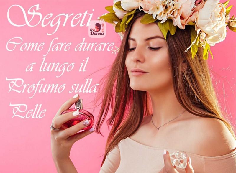 bellissima donna si spruzza il suo profumo preferito ghirlanda di fiori sulla testa