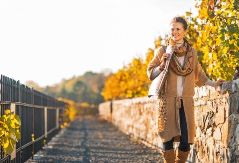 bella giornata di sole donna aspetto luminoso pausa lavoro passeggiata parco