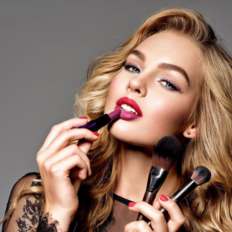 viso donna bellissima mette rossetto pennelli make-up