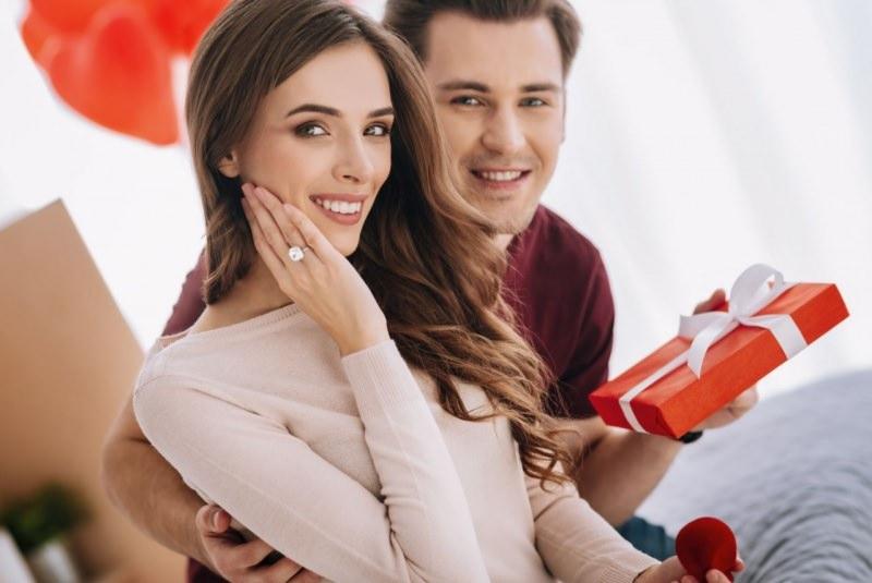 giovane bella donna mostra anello fidanzamento diamanti regalo uomo