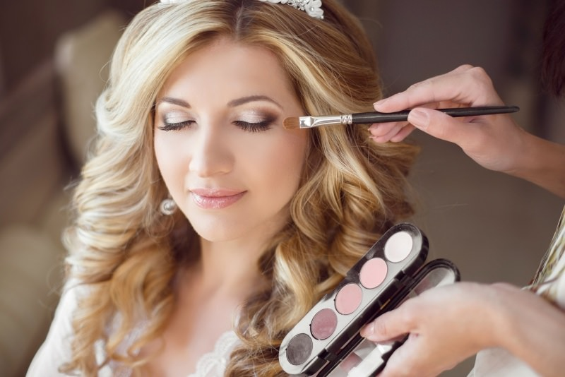 trucco sposa bella giovane donna makeup artist pennelli