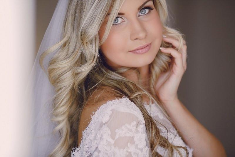 bella giovane sposa occhi azzurri