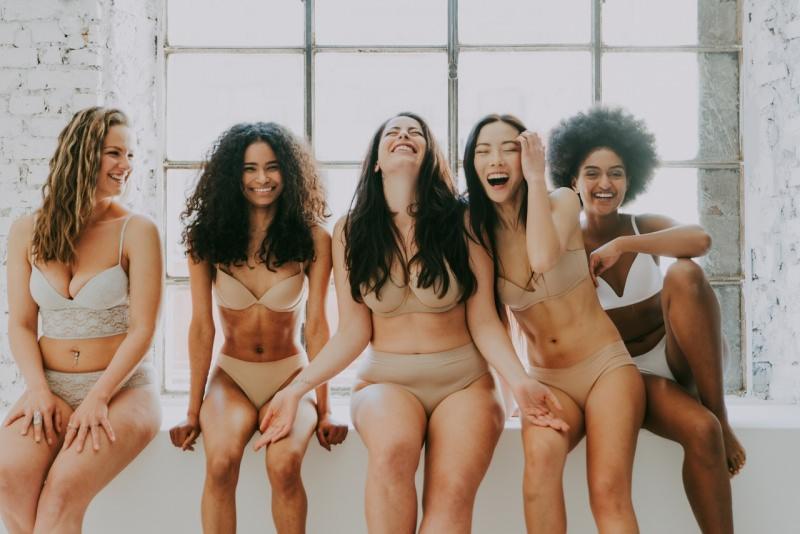 belle donne sorridenti in biancheria intima body positivity