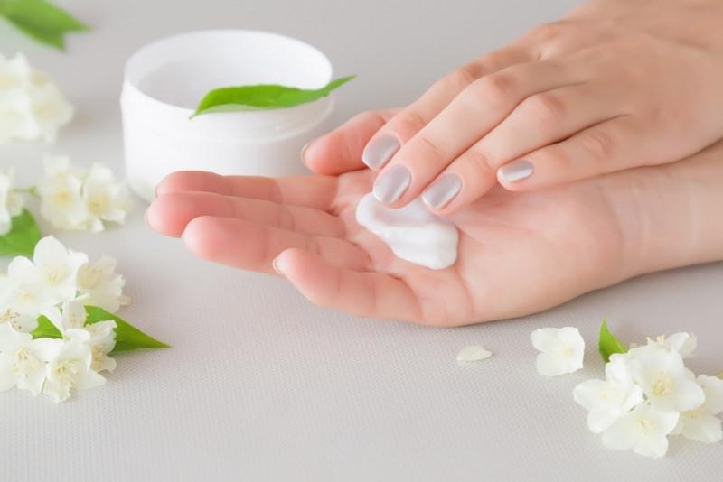 crema mani belle curate fiori bianchi