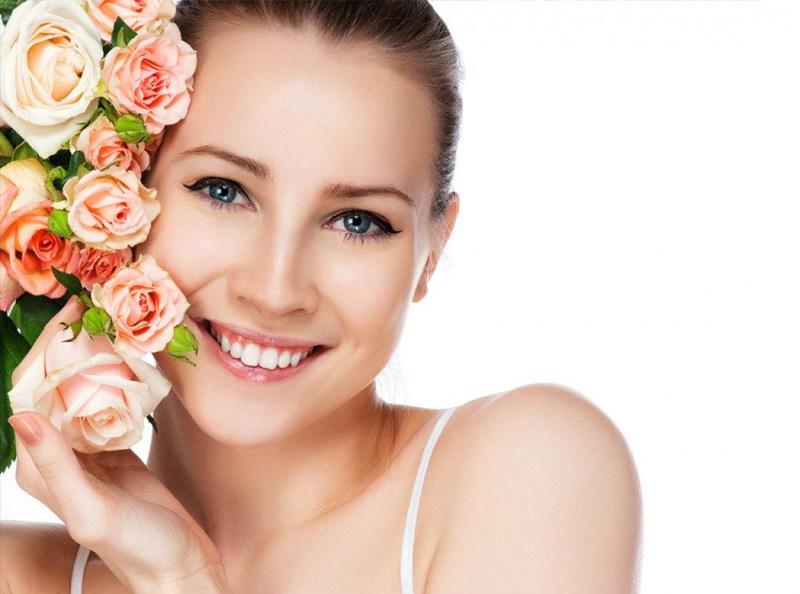 Come fare la Black Mask versione vegana viso donna bellissima pelle luminosa chiara morbida pouquet rose rosa foglie verdi sorriso denti bianchi