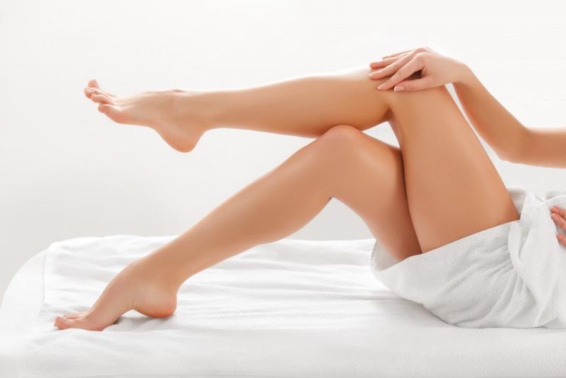 Come dire addio ai peli con la tecnologia bellezza corpo donna pelle liscia depilata curata gambe piede braccio mani lenzuolo bianco