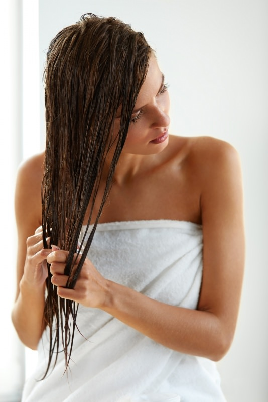 bella donna capelli castani lunghi umidi bagnati
