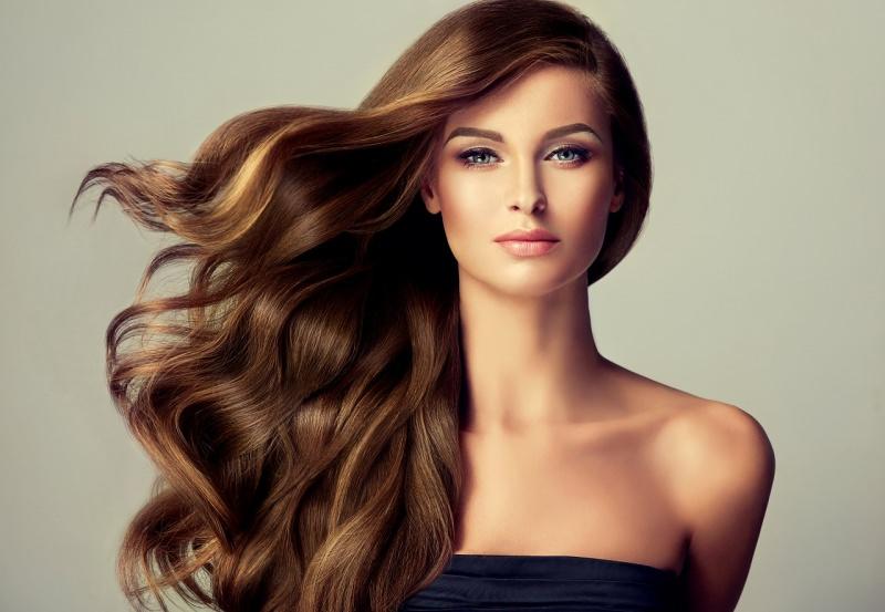 bellissima donna con meravigliosi capelli lunghi ondulati occhi azzurri
