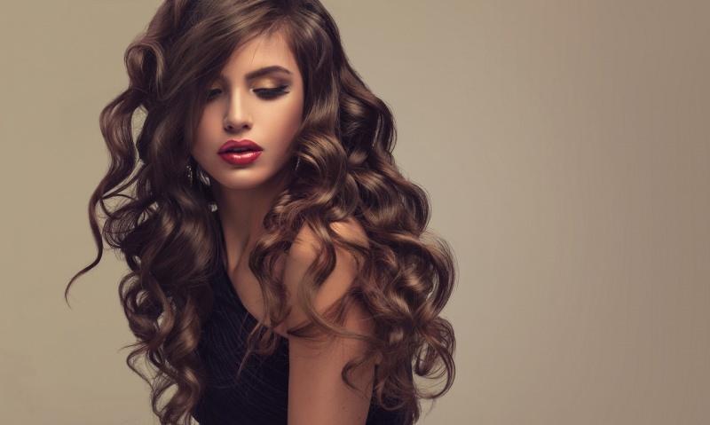 donna bellissima con meravigliosi capelli castani ondulati lunghi lucenti setosi rossetto rosso