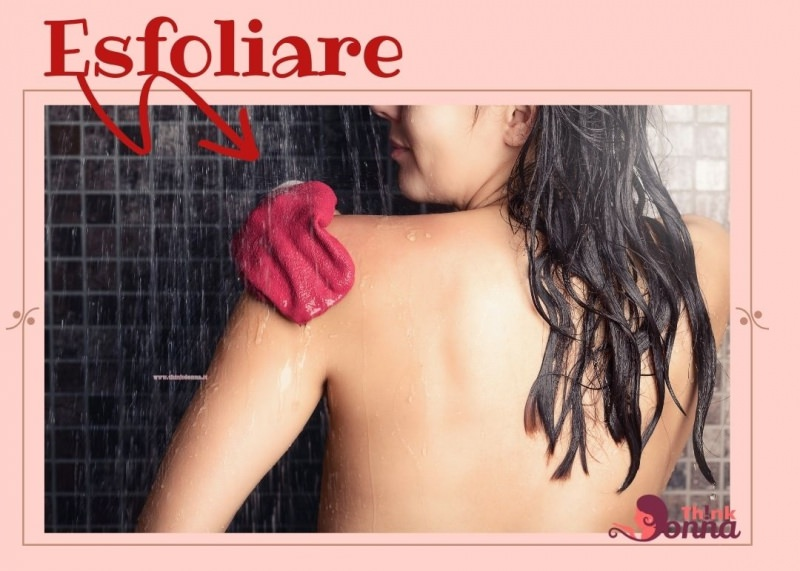 donna di spalle scrub guanto esfoliante sotto la doccia