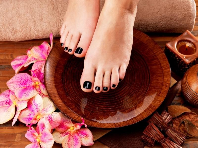 piedi bellissime pedilvio ciotola legno orchidee smalto scuro telo spugna