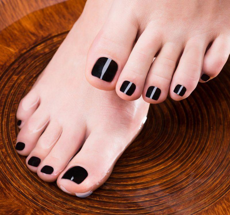 bellissima pedicure piedi donna smalto scuro